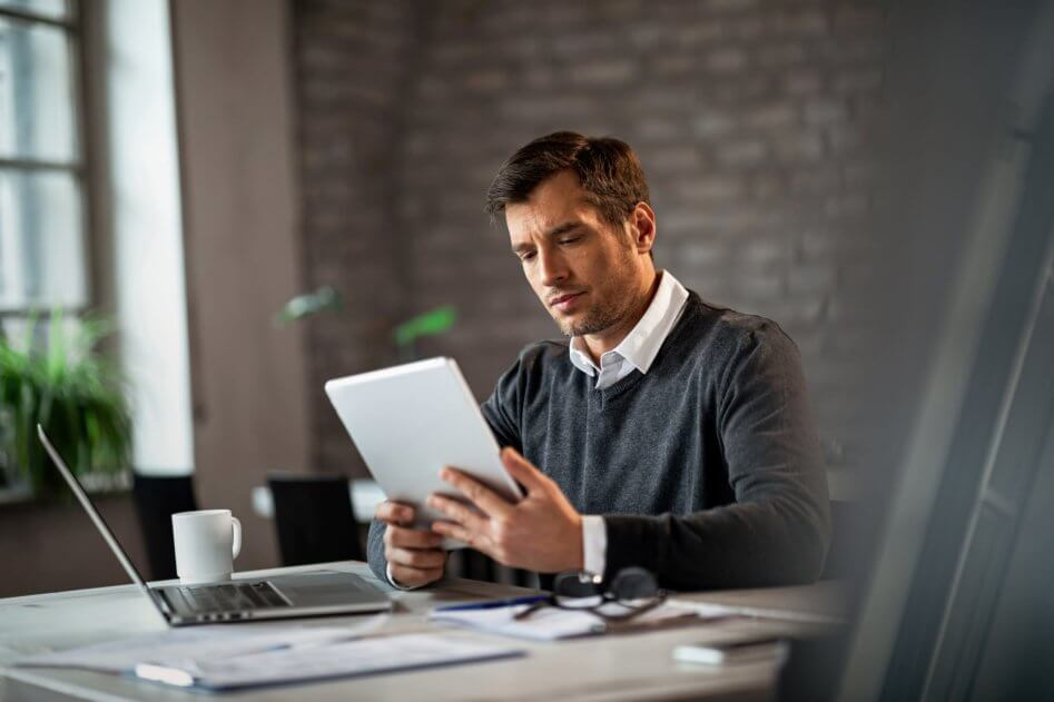 Kiikstart Gig Economy - Man using laptop